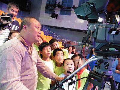6-在电视台的演播室,大家好奇地盯着摄像机里面的小人影儿.jpg