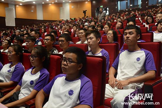 长城网:院士回母校 河北医科大学邀请吴以岭与学生交流2.jpg